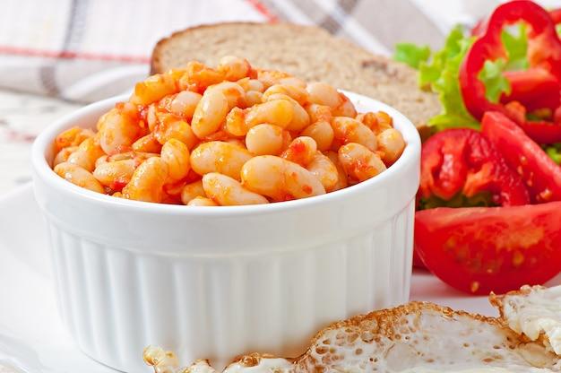 Fèves au lard dans une sauce tomate douce