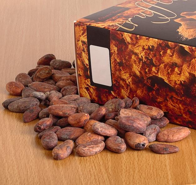 Fèves de cacao et une boîte de chocolats