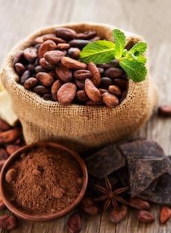 Fèves de cacao et chocolat dans le sac