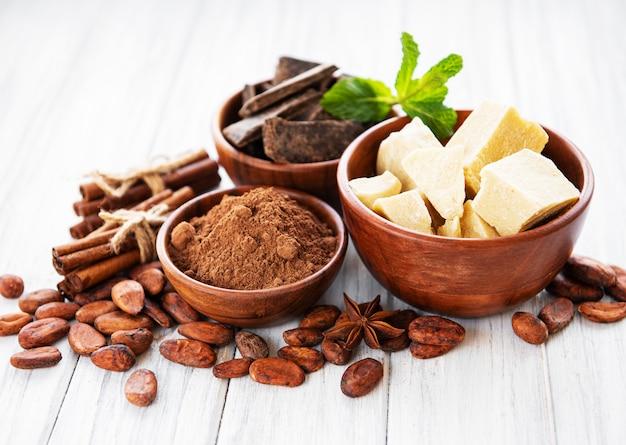 Fèves de cacao, chocolat, poudre et beurre