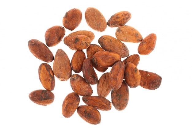 Fèves de cacao crues isolées sur blanc