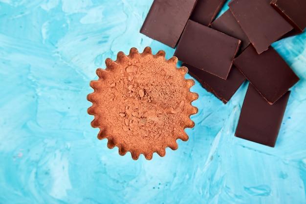 Fèves de cacao sur la table bleue.