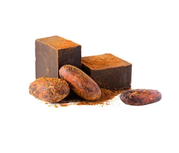 Fèves et poudre de cacao de chocolat noir sur le blanc