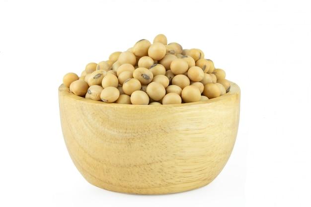 Fèves de soja dans un bol en bois isolé
