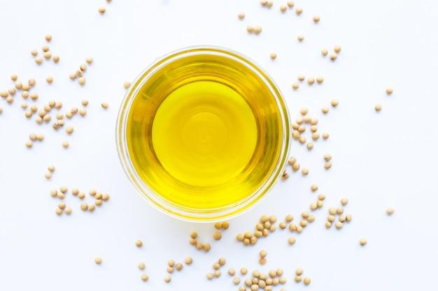 Fèves de soja et huile isolé sur blanc.