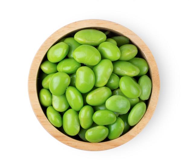 Fèves de soja vert edamame sur tableau blanc.
