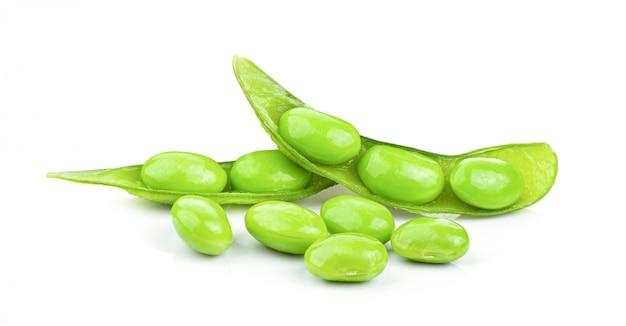 Fèves de soja vertes sur fond blanc