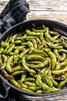 Fèves de soya vertes cuites à la vapeur dans une casserole