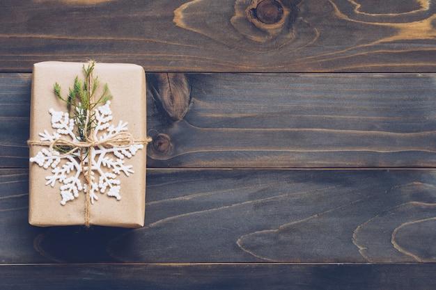 Ficelle ou ficelle attachée dans un arc sur du papier kraft. ci-dessus, coffret cadeau en bois avec espace.