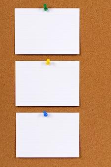 Les fiches sur un tableau d'affichage en liège