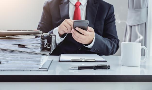 Fichiers et dossiers et homme d'affaires