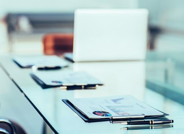 Ficloseup - tableaux et documents financiers sur le lieu de travail de l'homme d'affaires.la photo a un espace vide pour votre texte