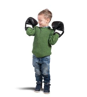 Fier jeune garçon admire ses petits muscles