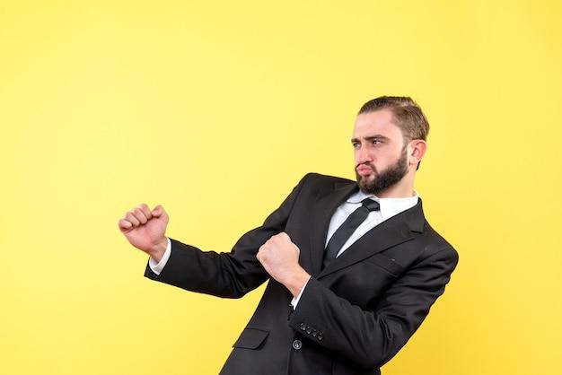 Fier jeune homme debout sur le côté jaune
