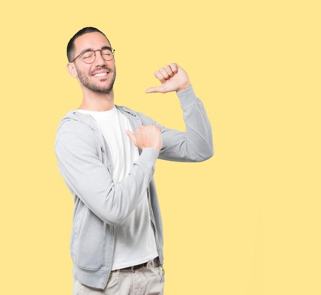 Fier jeune homme faisant un geste hautain