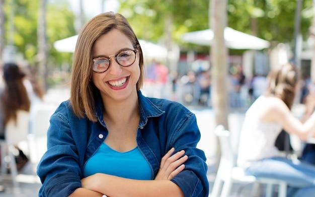 Fière jeune femme à l'université