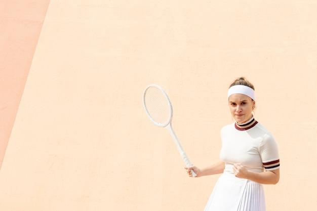 Fière joueuse de tennis de résultats