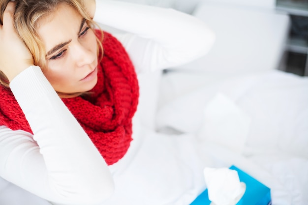 Fièvre et froid. portrait de belle femme attrapé la grippe, ayant des maux de tête et une température élevée. closeup, malade, couvert, couverture, sensation malade, tenue, thermomètre soins de santé.