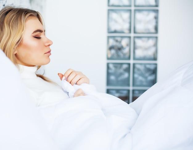 Fièvre et froid, portrait de belle femme attrapé la grippe
