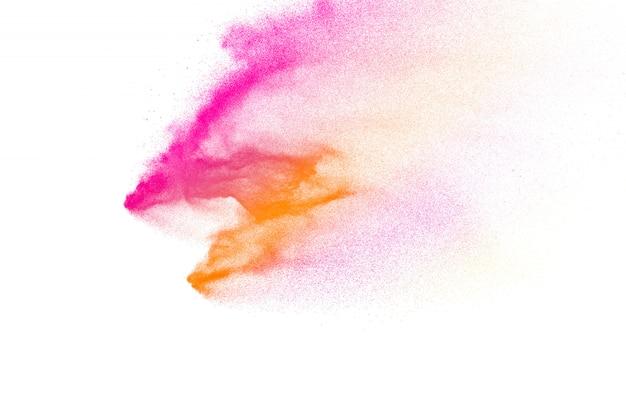 Figer le mouvement des particules de poussière éclaboussant. holi peint en festival.