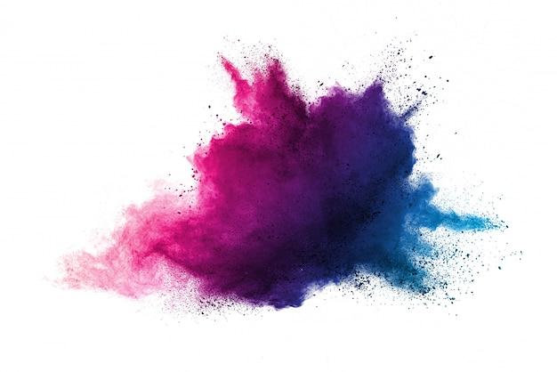 Figer le mouvement de la poudre de couleur violette explosant sur fond blanc