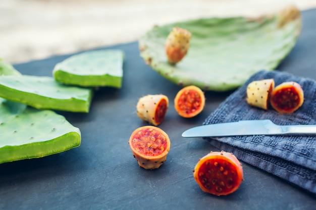 Figue de barbarie ou fruit de cactus coupé avec des feuilles.