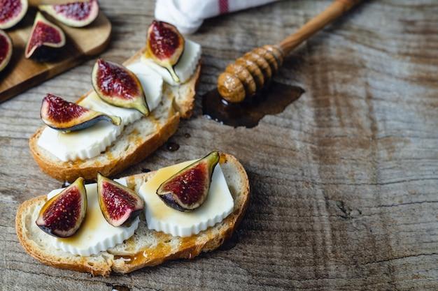 Figues au fromage frais sur des toasts copy space.