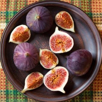 Figues fraîches dans une assiette