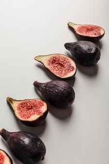 Figues fraîches entières et coupées en tranches