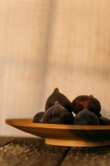 Figues fraîches sur un fond en bois