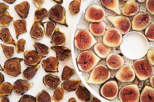 Des figues fraîches et séchées tranchées se trouvent sur la table