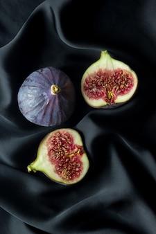 Figues juteuses sur un drap de soie noire