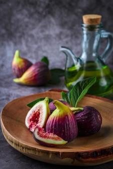 Figues mûres fraîches sur la table sombre. fruit de figue méditerranéenne en bonne santé.