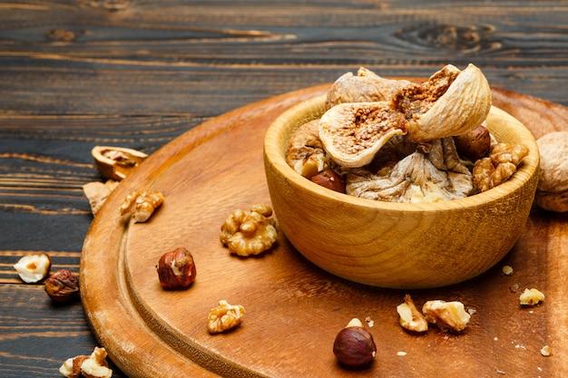 Figues et noix séchées sur table en bois