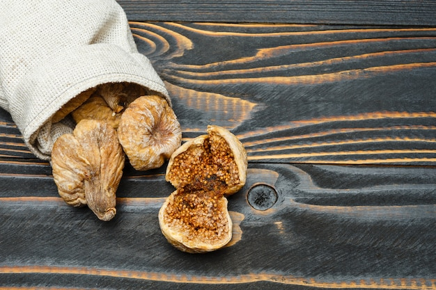 Figues séchées sur table en bois