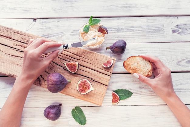 Figues tranchées avec ricotta et grille-pain