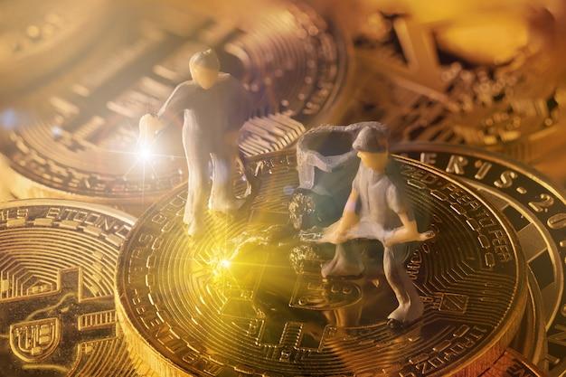 Des figurants de mineurs travaillant sur un groupe de mineurs bitcoin dans une grotte dorée profonde