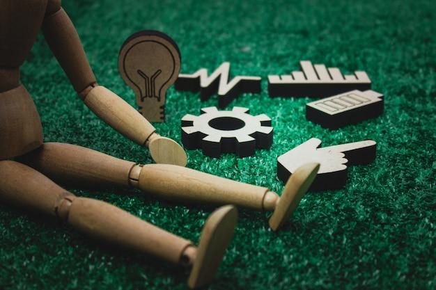 Figure en bois avec engrenage en bois, ampoule, graphique ou graphique, concept santé et énergie.