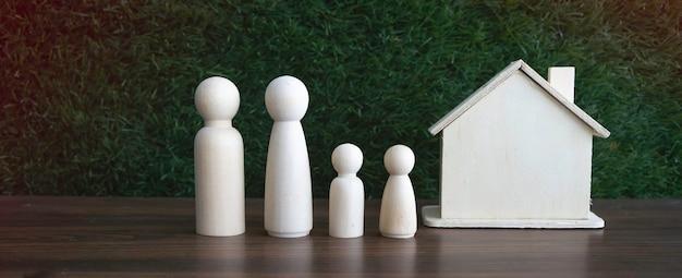Figure en bois de la famille mis à bord devant fond d'herbe verte