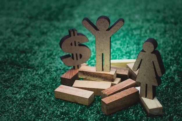 Figure en bois avec signe de l'argent dollar en business concept.