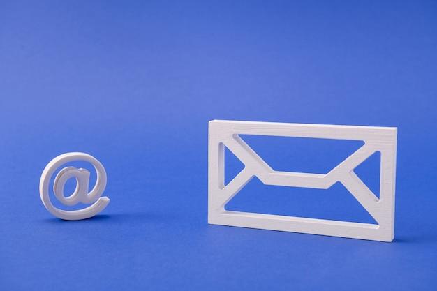 Figure de forme blanche de la boîte de réception de la boîte de réception recevoir un message d'envoi