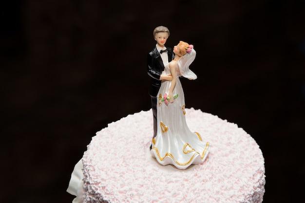 Figure des mariés sur le gâteau de mariage