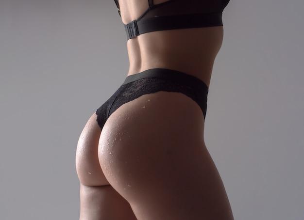 Figure mince de fesses féminines, sous-vêtements bikini string. corps de femme silhouette sexy en culotte.