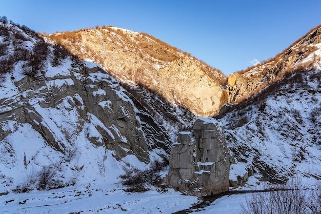 Figure de pierre couverte de neige dans la gorge