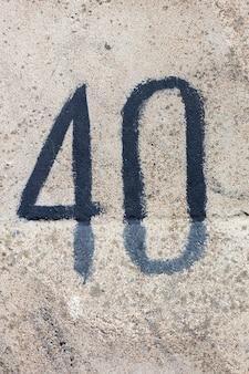 Figure quarante sur un mur de béton. nombre sur la texture de la pierre.