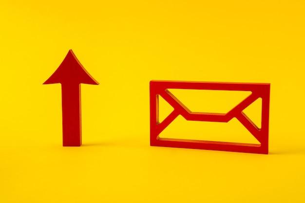 Figure rouge de la flèche de marketing du service d'envoi d'enveloppes montrant pointant vers le haut