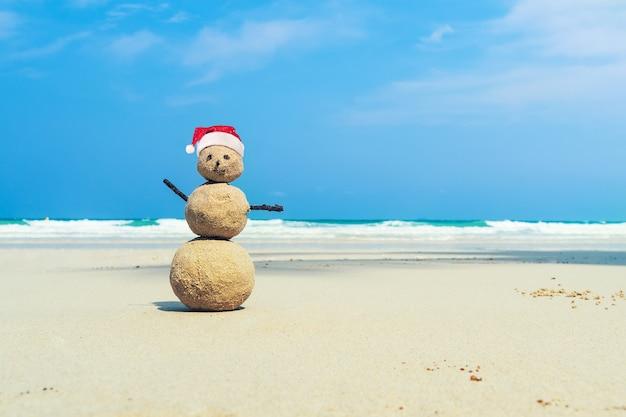 Figure de sable au bord de la mer. voyage, voyage, travellingbrit, voyager, voyage, trek aventure croisière errance progrès. concept d'un circuit maritime dans un pays exotique chaud en hiver.