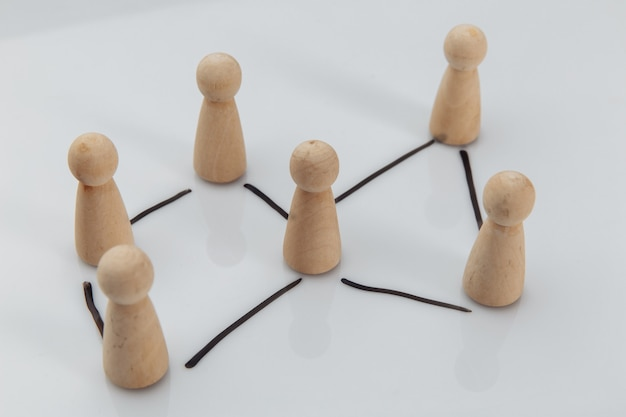 Une figures en bois comme symbole de l'équipe sur tableau blanc. concept de ressources humaines et de gestion.