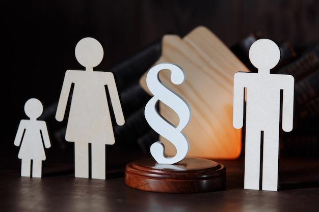 Figures en bois famille séparée avec signe de paragraphe blanc
