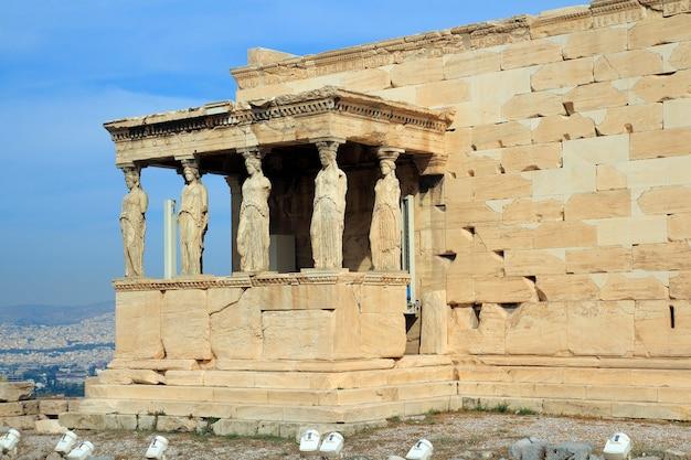 Figures du porche cariatide de l'érechthéion sur l'acropole à athènes.